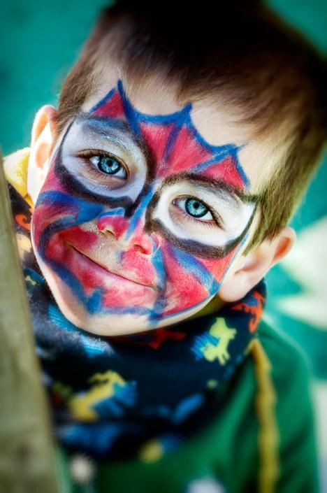Fotografía de un niño disfrazado de Spiderman